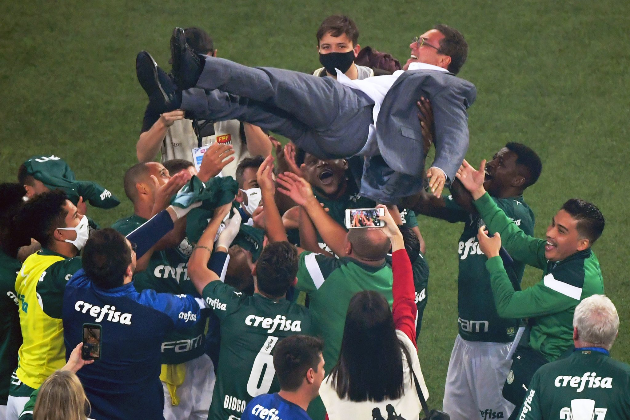 Players of Palmeiras throw coach Vanderlei Luxemburgo in the air after winning the Paulista championship final football match against Corinthians at the Allianz Parque stadium, in Sao Paulo, Brazil, on August 8, 2020, amid the COVID-19 novel coronavirus pandemic. (Photo by Nelson ALMEIDA / AFP) (Photo by NELSON ALMEIDA/AFP via Getty Images)