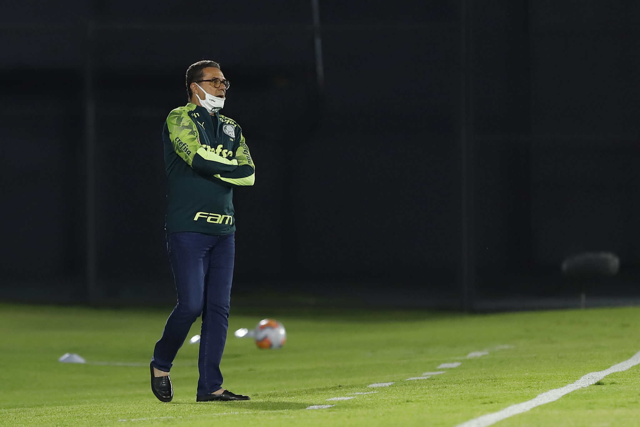 ASUNCION, PARAGUAY - SEPTEMBER 23: Vanderlei Luxemburgo head coach of Palmeiras wearing a protective mask looks on during a group B match of Copa CONMEBOL Libertadores between Guarani and Palmeiras at Defensores del Chaco Stadium on September 23, 2020 in Asuncion, Paraguay. (Photo by Nathalia Aguilar - Pool/Getty Images)